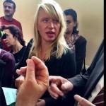 Luise in einem Flüchtlingsaufnahmezentrum nahe Sofia im Gespräch mit Flüchtlingen und Behörden