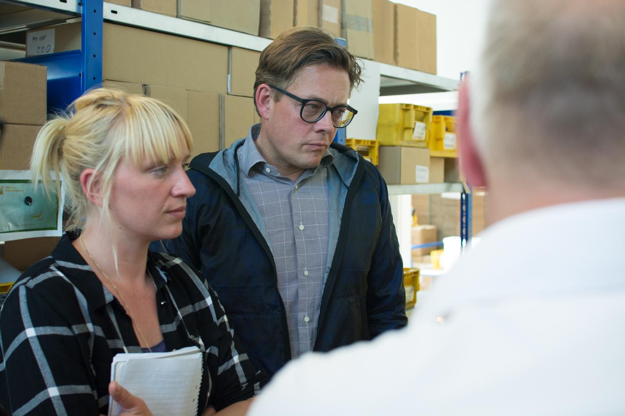 Luise und Konstantin schauen sich an, welche Arbeiten in den Preetzer Werkstätten verrichtet werden.
