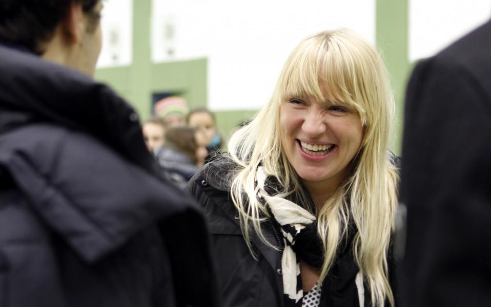 Luise diskutiert mit Schülern über Flüchtlingspolitik