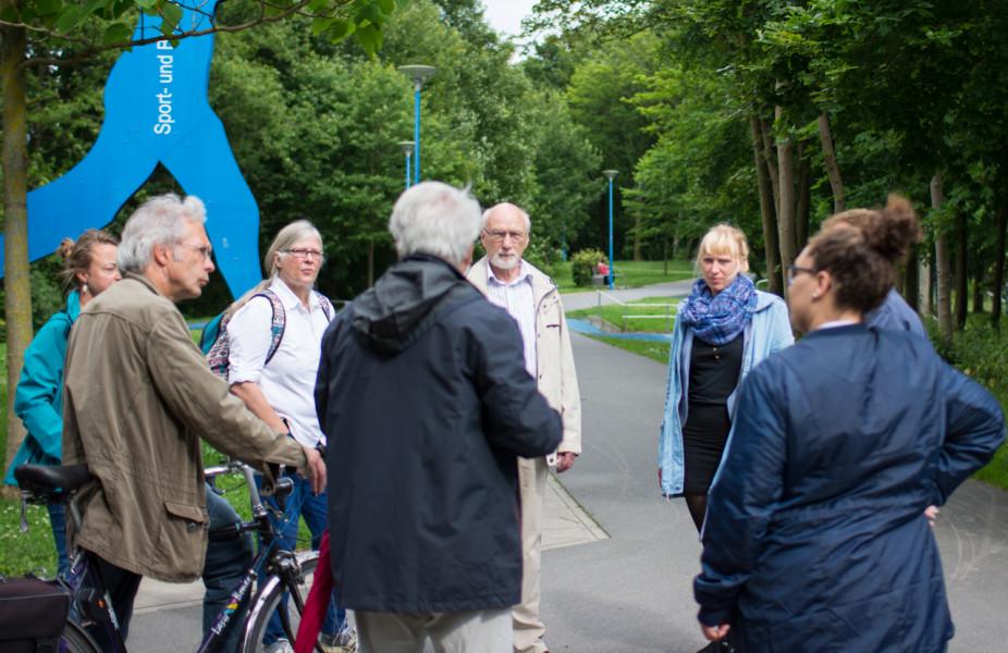 Luise und Teilnehmer des Stadtteilspaziergangs im Sport- und Begegnungspark in Gaarden.